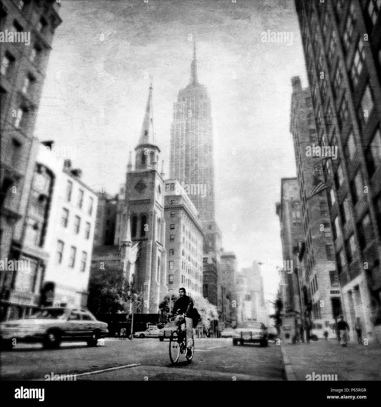Les cyclistes et les toits de Manhattan avec l'Empire State Building, New York City, New York, USA Banque D'Images