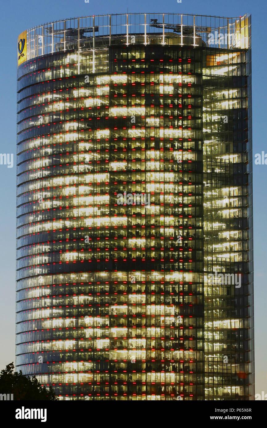 La Post Tower de Bonn, Allemagne. Siège de Deutsche Post WorldNet AG; architecte: Helmut Jahn Banque D'Images