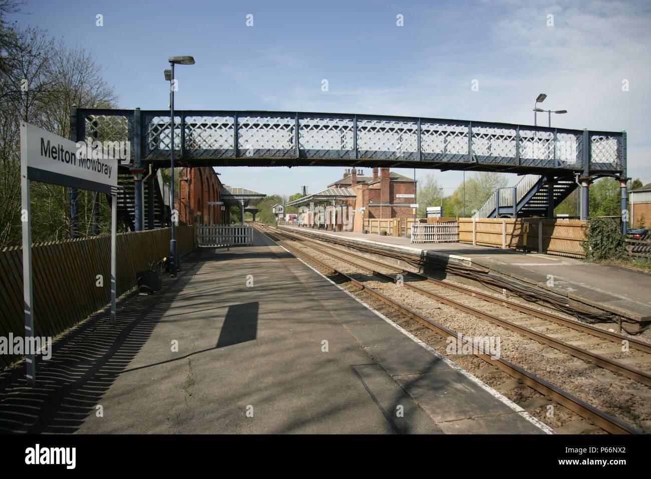 Vue de la plate-forme générale de Melton Mowbray, Leicestershire montrant passerelle et l'affichage de la plate-forme. 2007 Banque D'Images