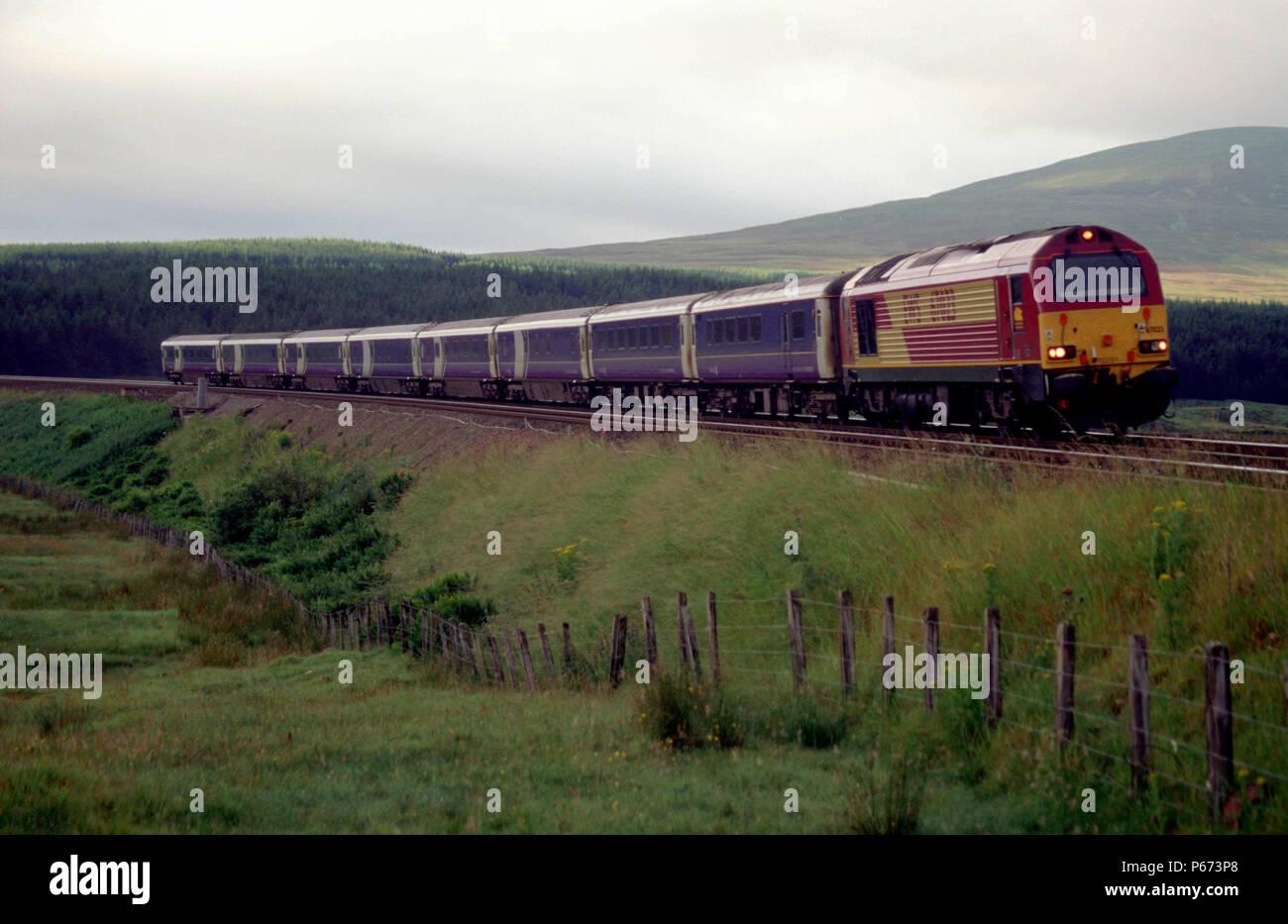 Un EWS class 67 voyages à travers la campagne écossaise en direction nord sur l'approche pour Dalwhinne. Ce train a commencé son voyage à Londres et wil Banque D'Images