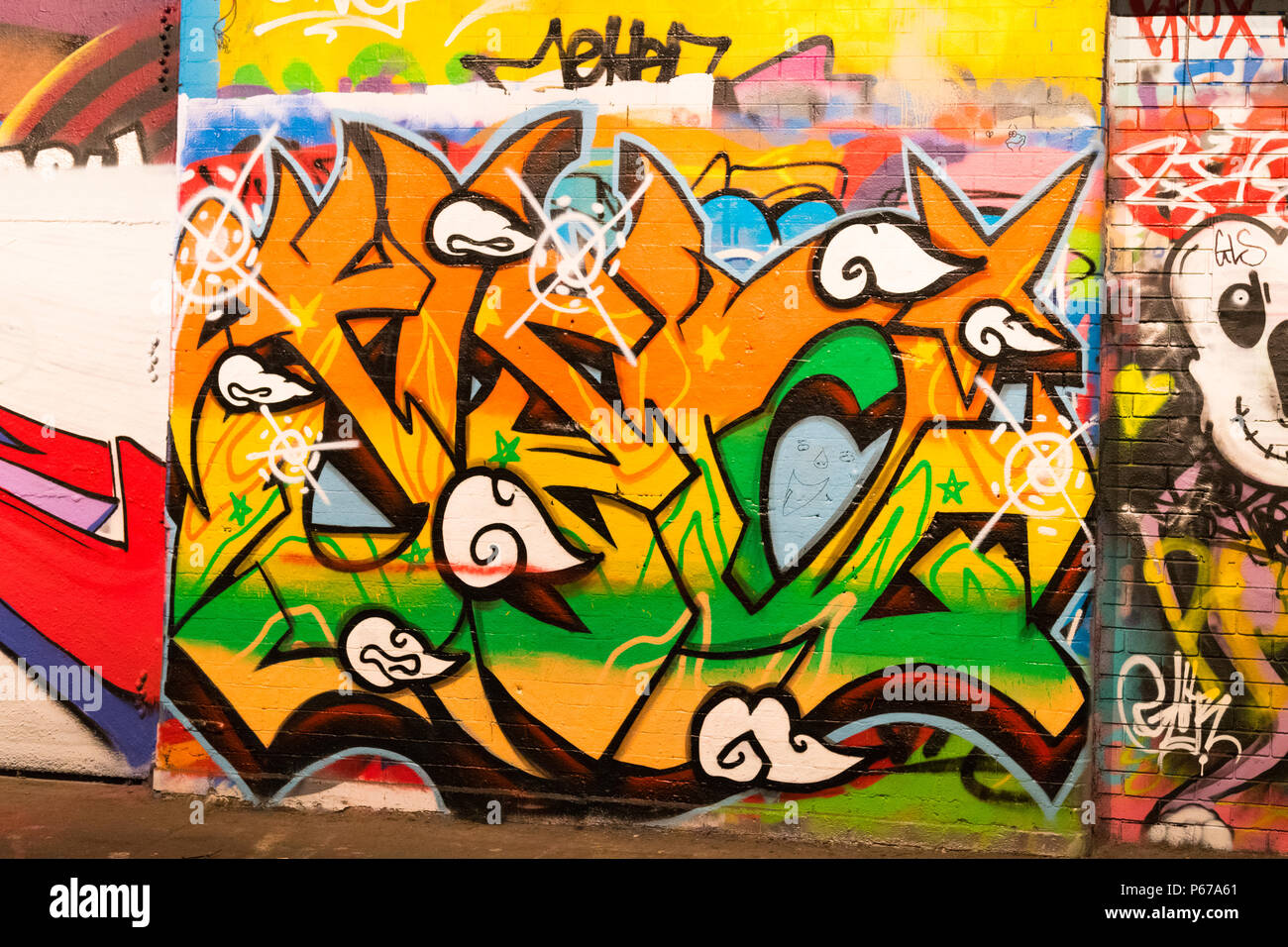 London Waterloo Leake Street orange vert jaune lettres graffiti wall script trottoir chaussée détail Photo Stock