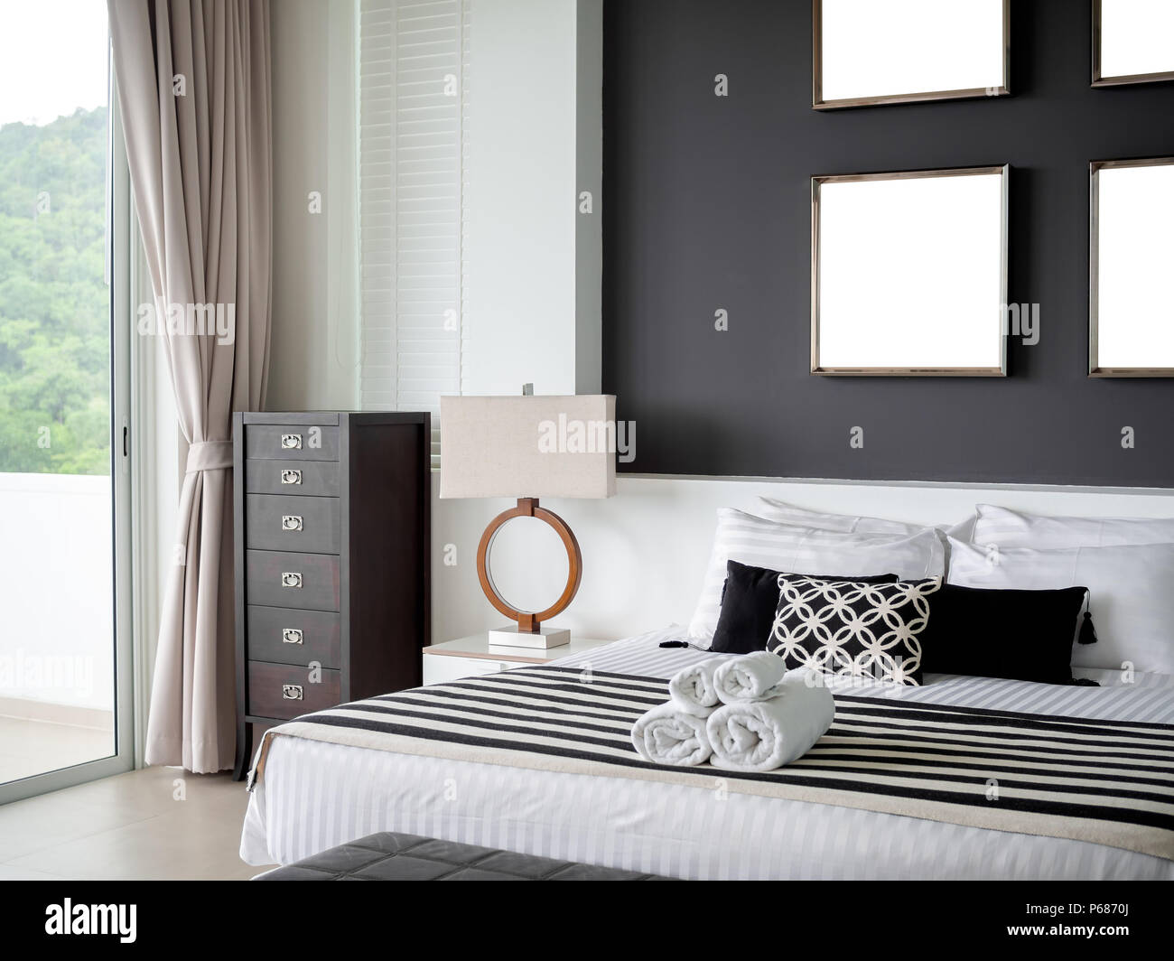 Chambre à coucher moderne avec quatre carré en acier inoxydable ...
