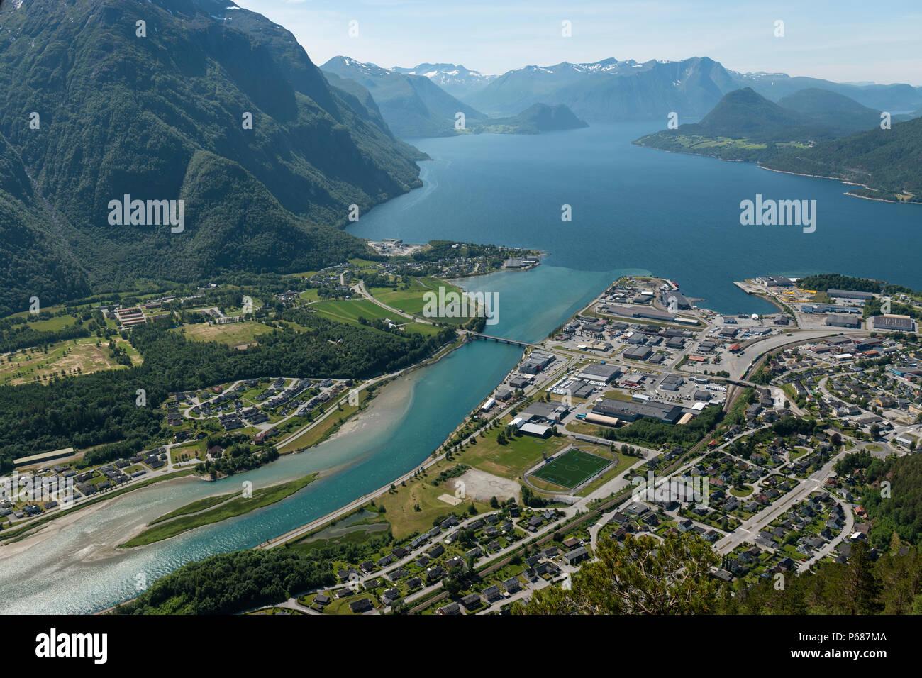 Vue depuis la passerelle surélevée sur Andalsnes, la Norvège. Banque D'Images