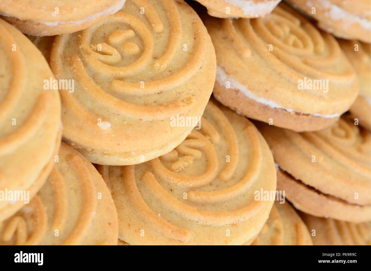 Close-up d'un grand nombre de biscuits ronds avec remplissage de coco . Photo Stock