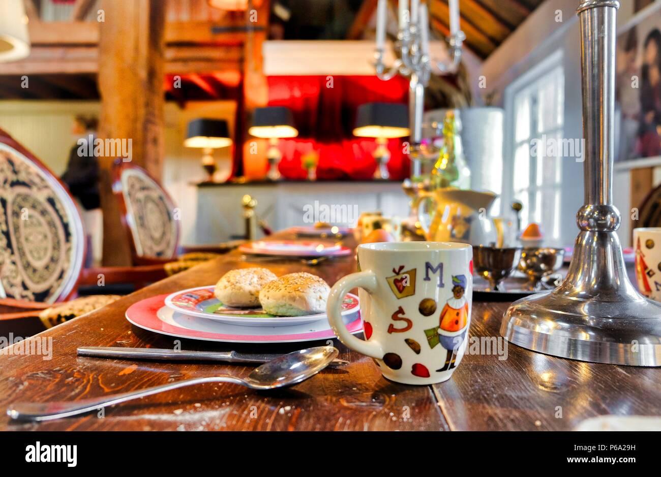 Les aliments sur une plaque sur une table dans une chambre Photo Stock