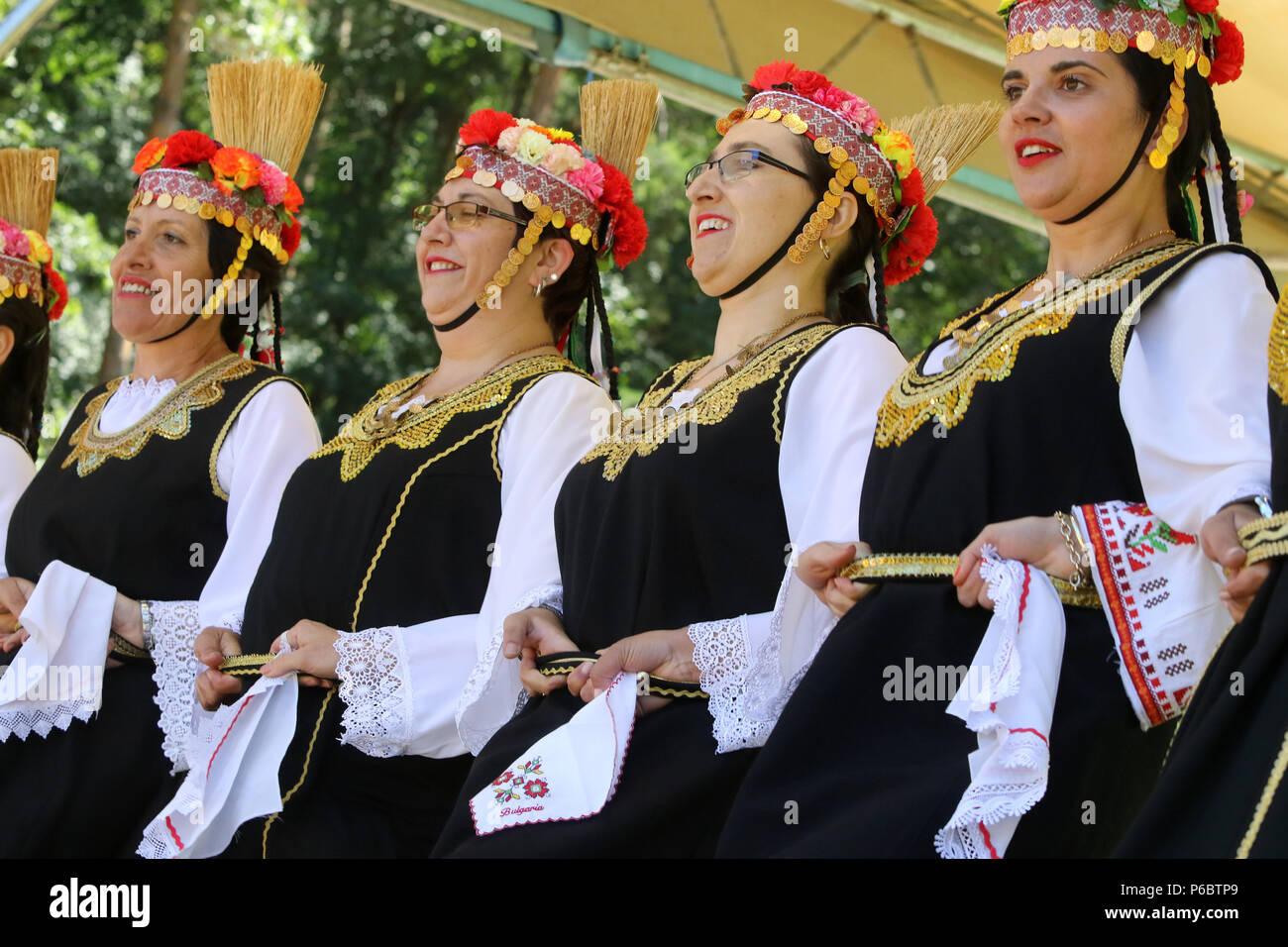 Sofia, Bulgarie - le 24 juin 2018   Les personnes en costume traditionnel  le folklore a3f2a39098d