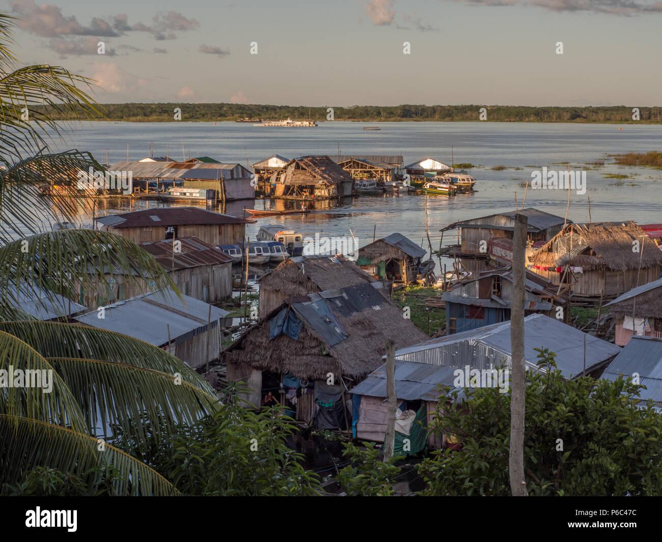 Maisons sur la plaine inondable de la rivière Amazone. Iquitos, Pérou Photo Stock