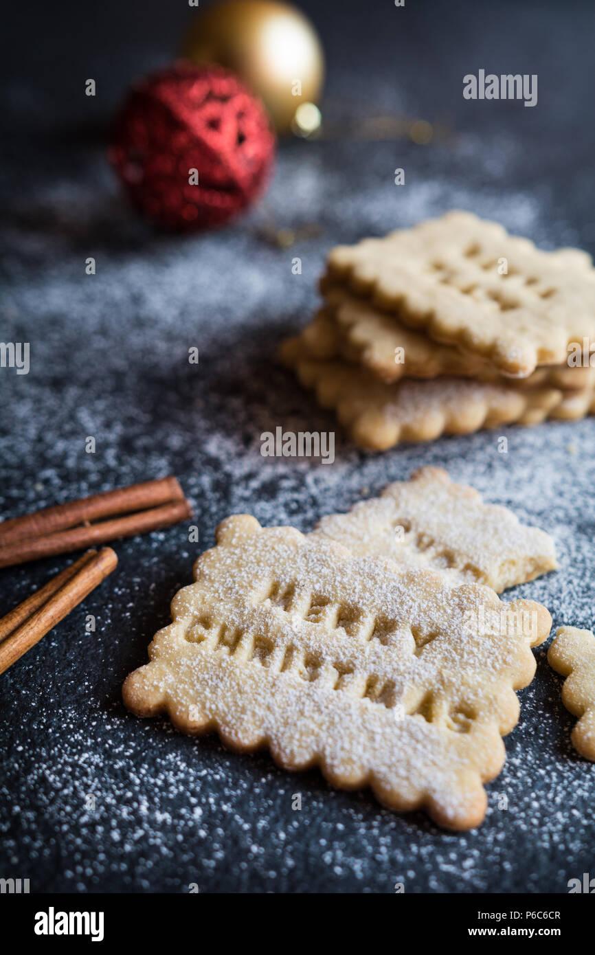 Biscuits à la cannelle et le miel fait maison décorée avec des timbres de Noël Photo Stock