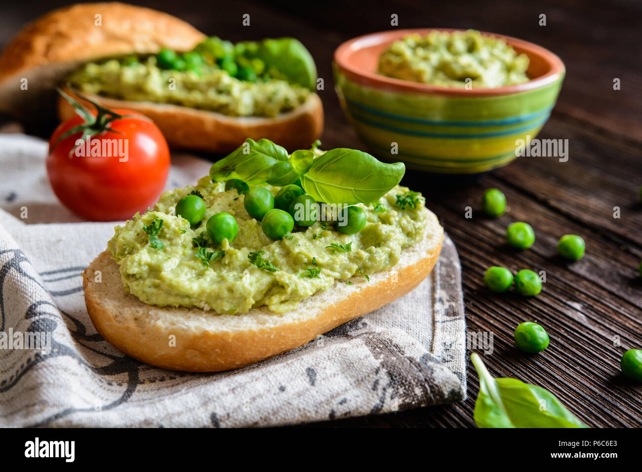 Baguette avec propagation faite de pois, les oeufs, l'oignon et les herbes Photo Stock