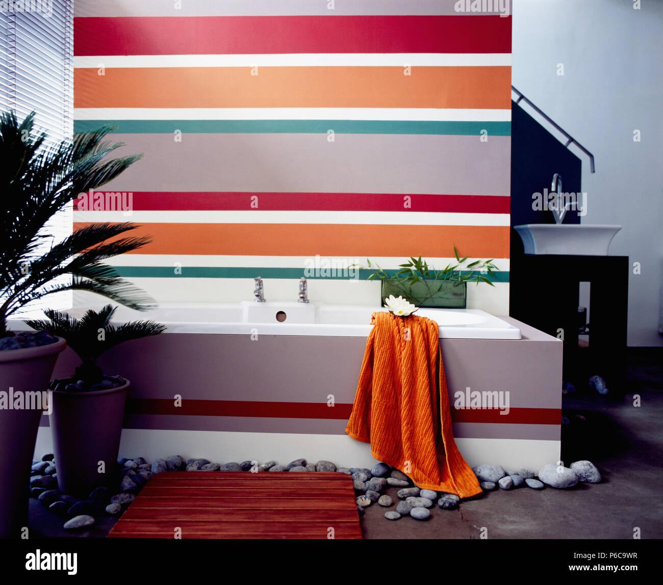 Rouge, orange et gris rayé derrière mur baignoire dans salle ...