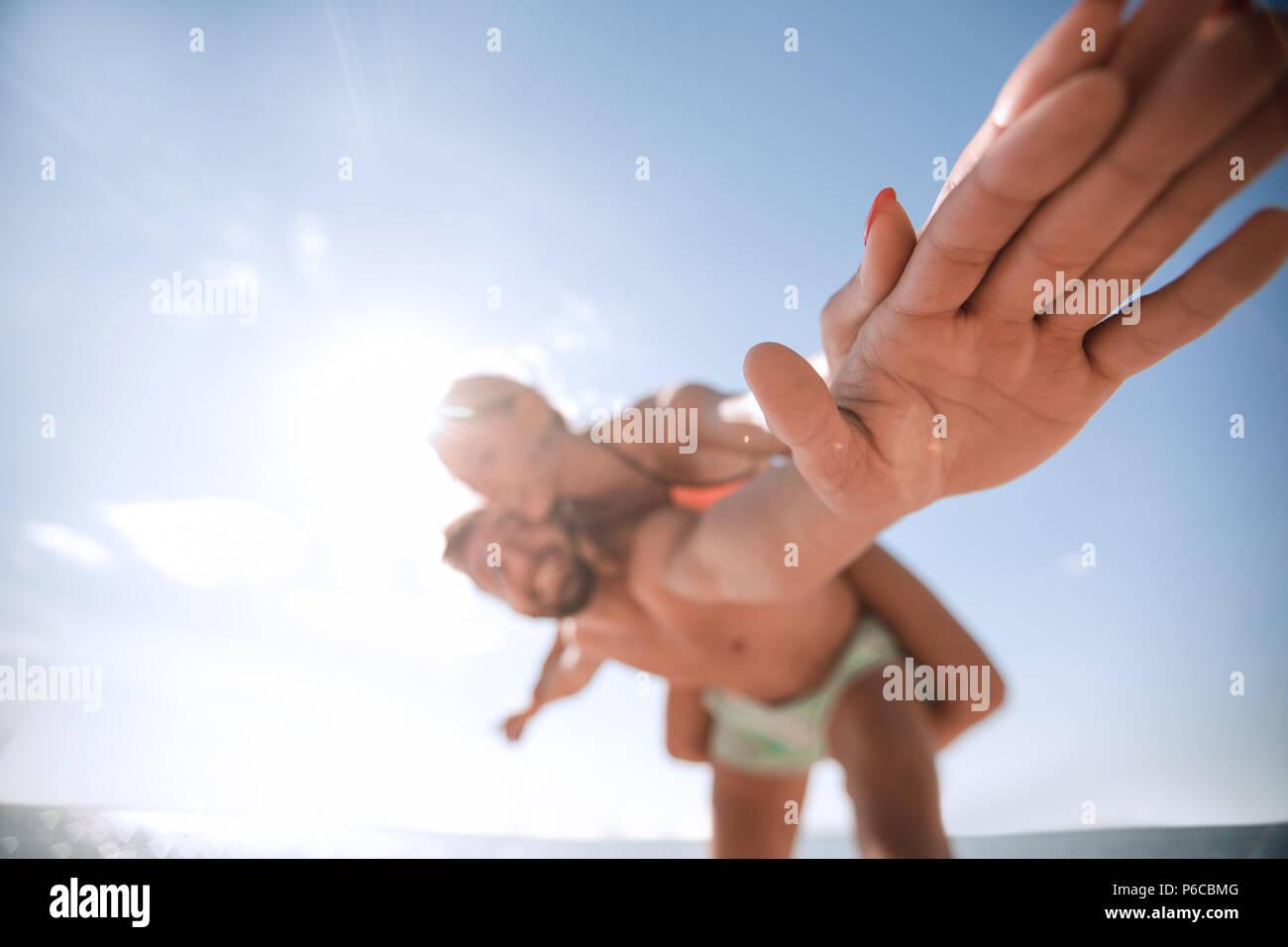 Bel homme piggy back donnant à sa petite amie. Photo Stock