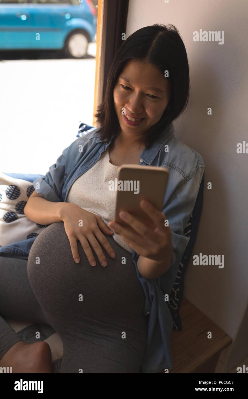 Femme enceinte parle avec selfies téléphone mobile Banque D'Images