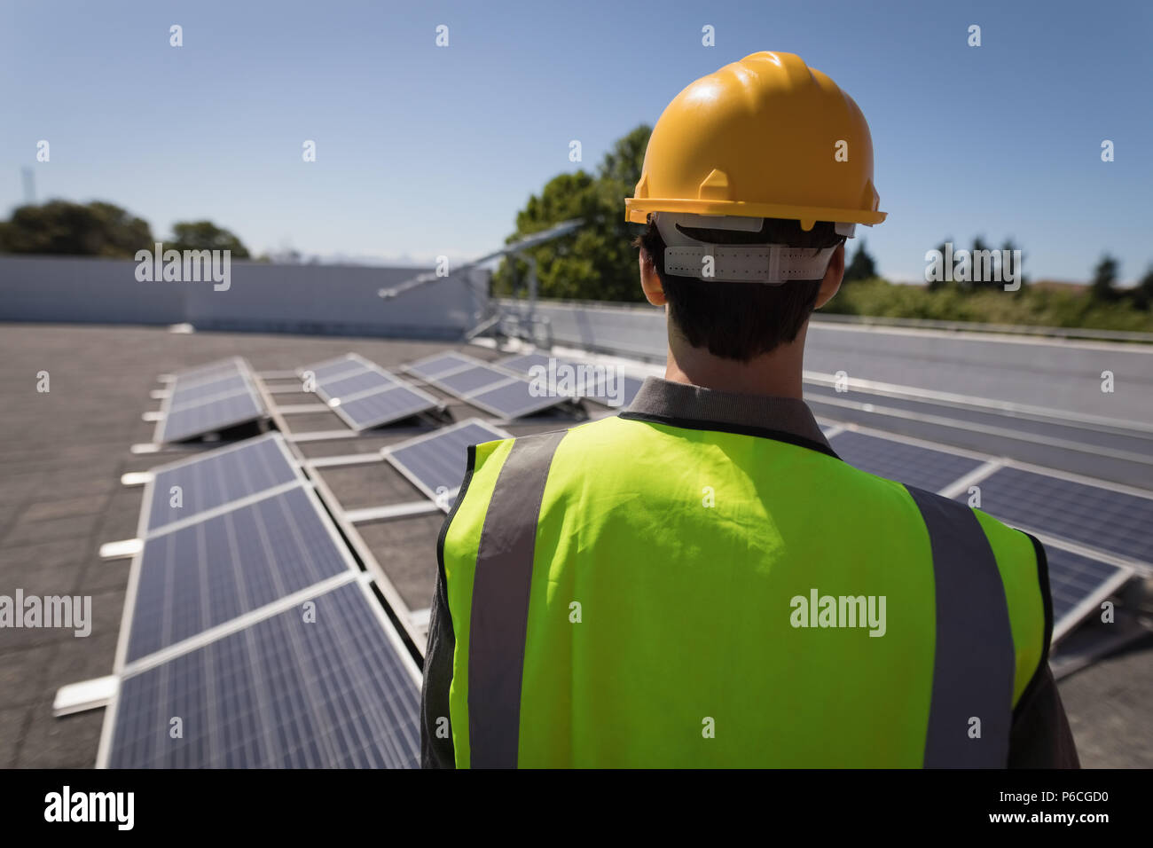 Travailleur masculin à la recherche de panneaux solaires Banque D'Images