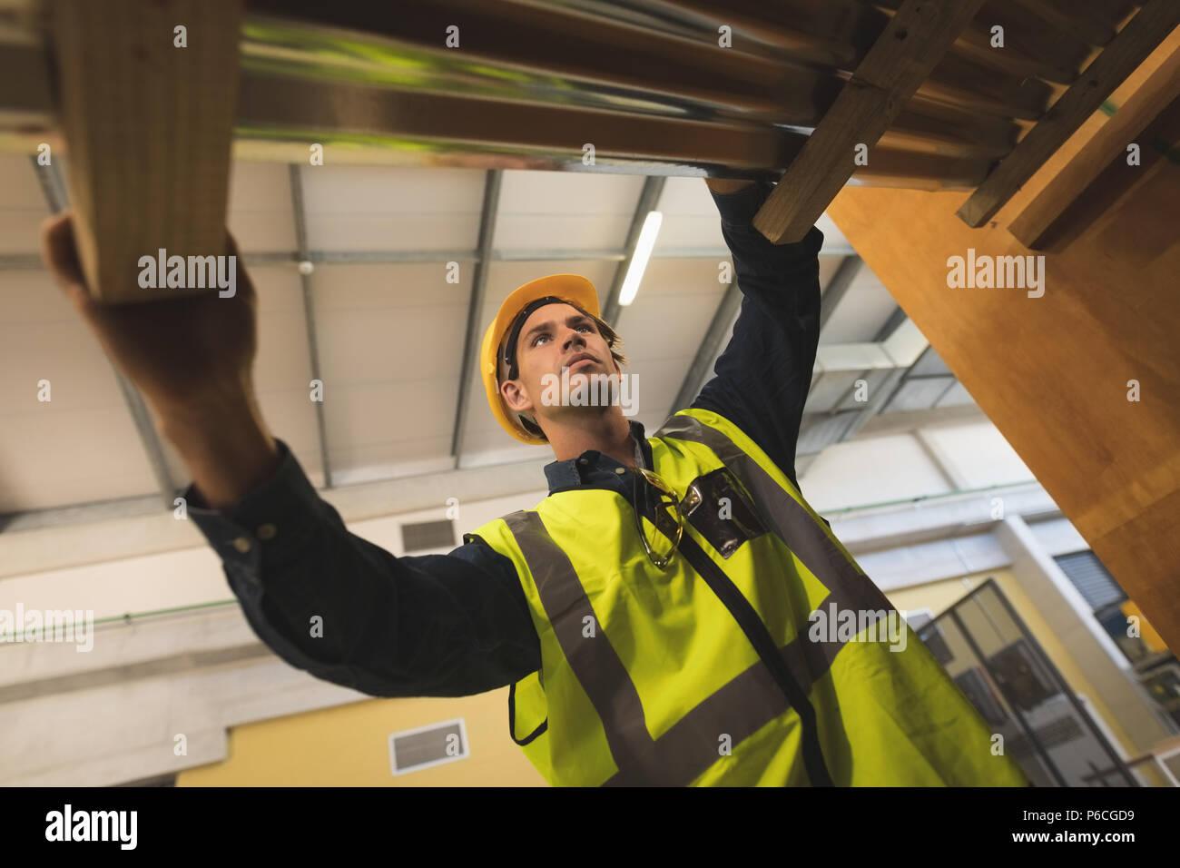 Travailleur homme travaillant sur panneau solaire Photo Stock
