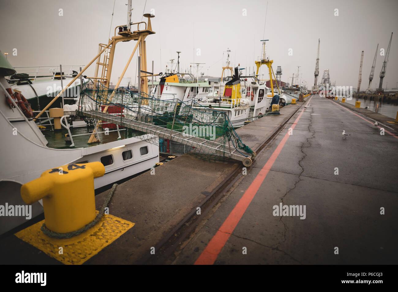 Les navires amarrés dans les arsenaux maritimes Banque D'Images