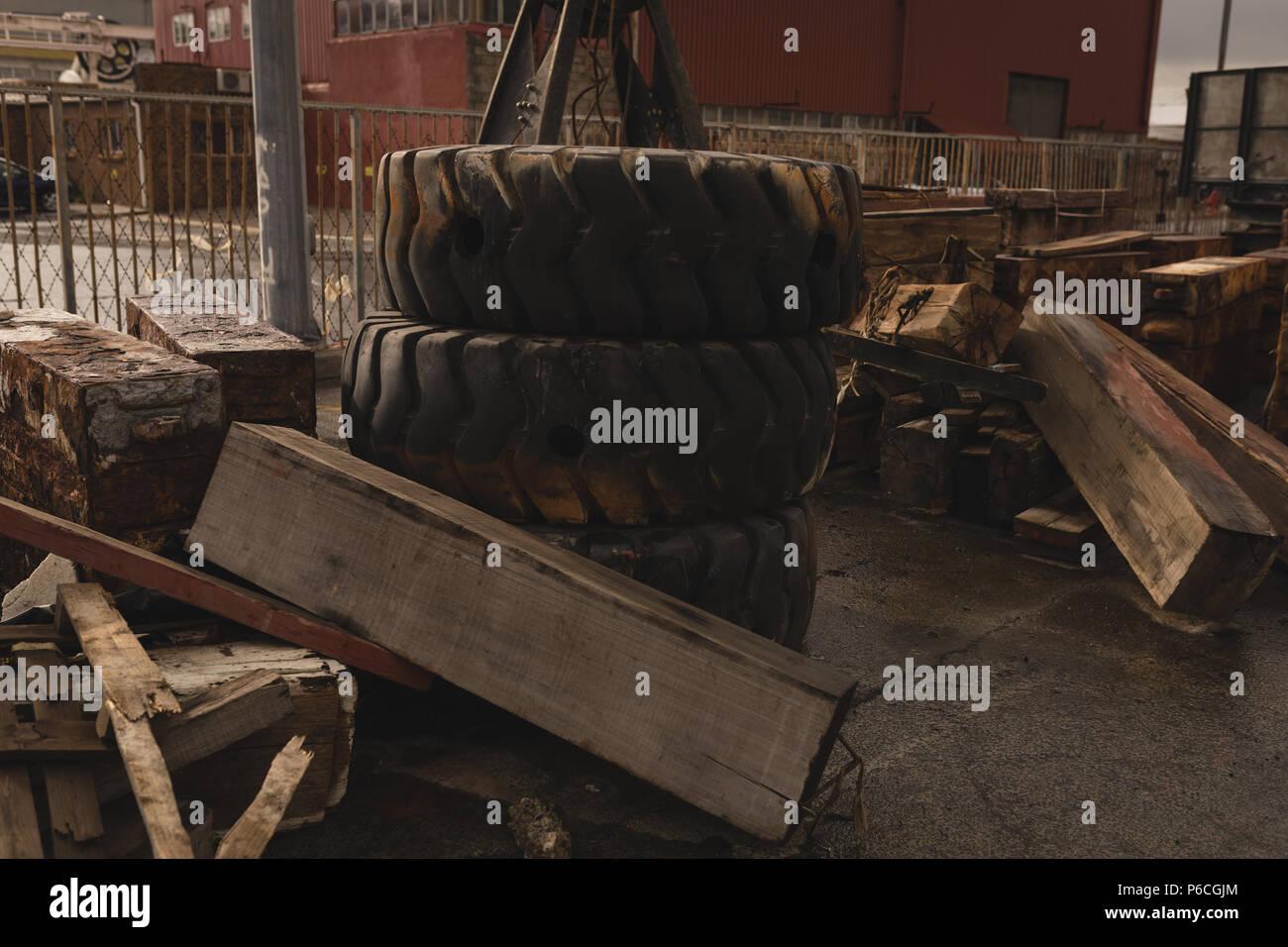 Planche en bois et des pneus à ferrailles Banque D'Images
