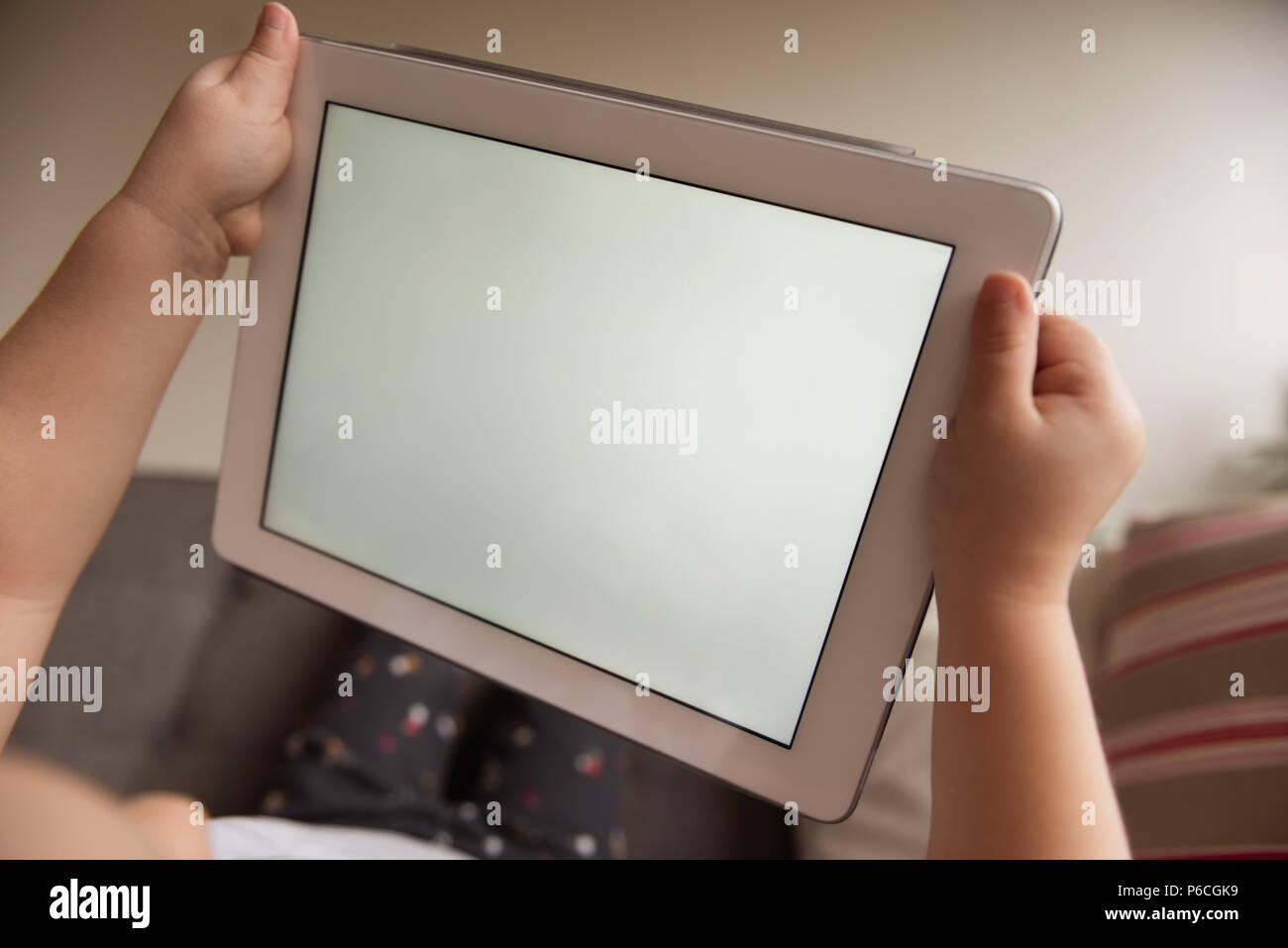 Girl using digital tablet Banque D'Images