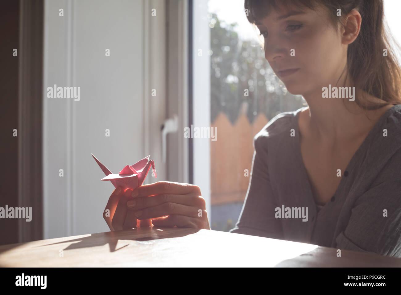 Belle femme à la recherche de créations en papier Banque D'Images