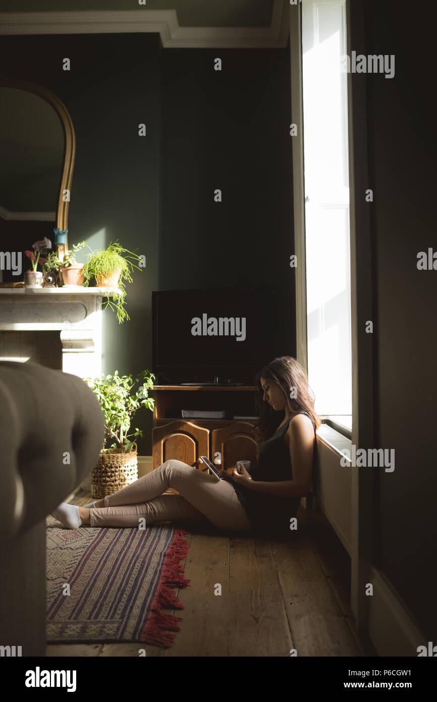 Woman using digital tablet Banque D'Images