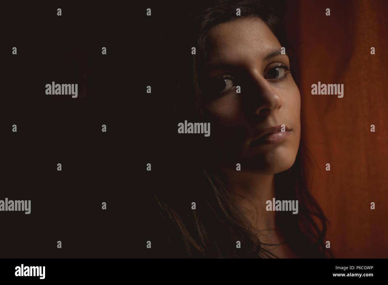 Woman looking at camera at home Banque D'Images