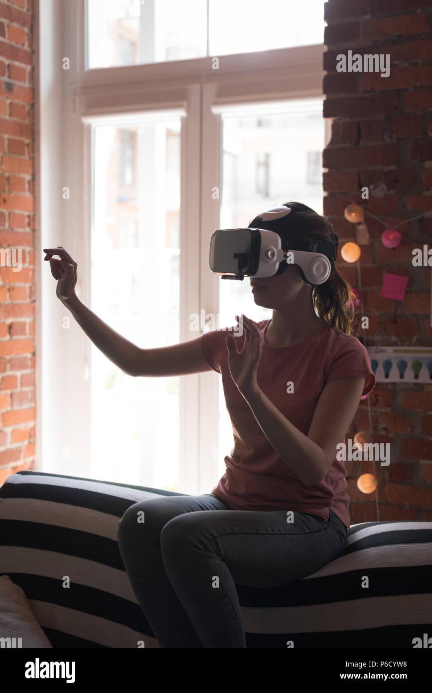 Female executive en utilisant casque de réalité virtuelle Banque D'Images