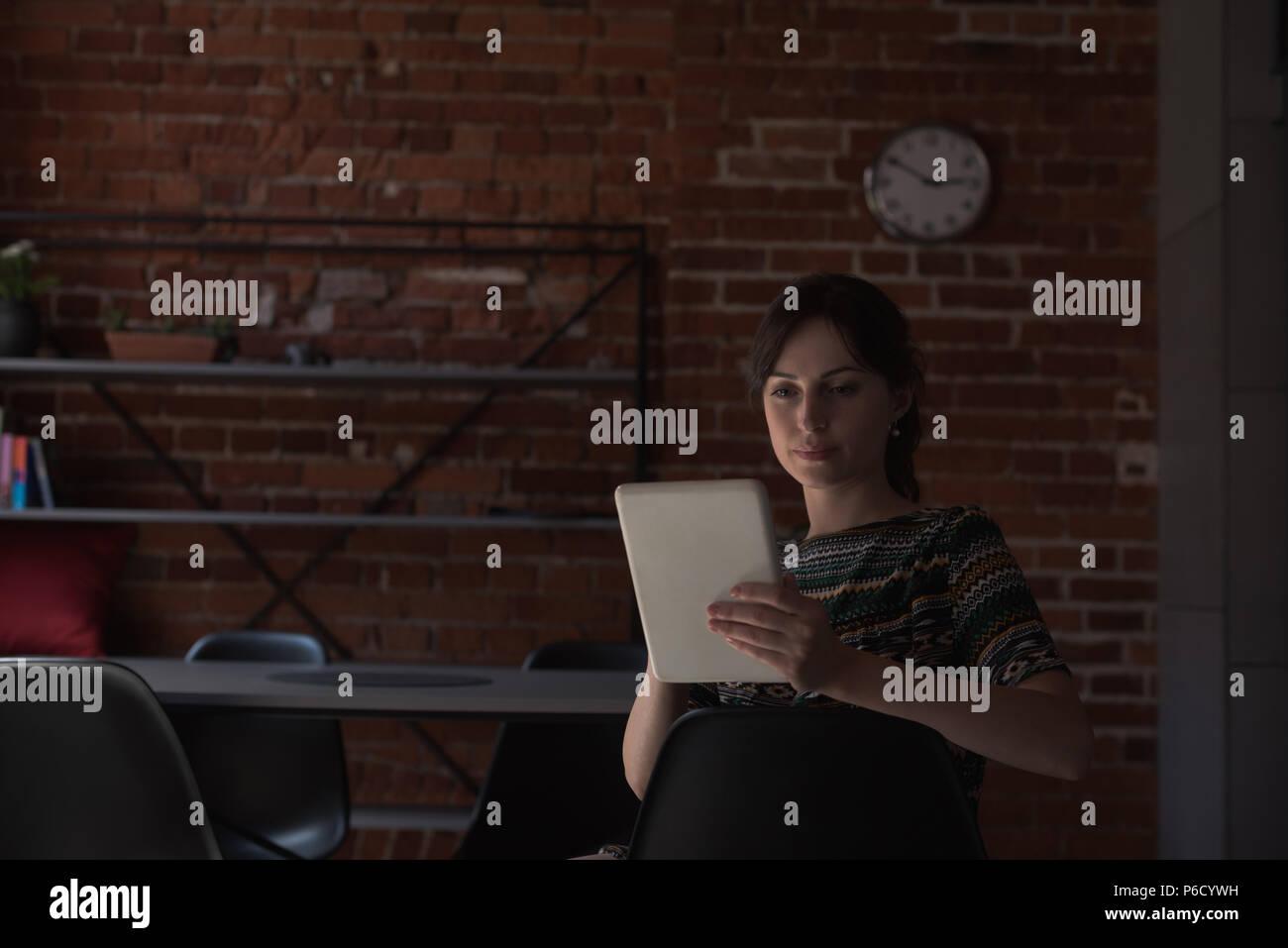 Female executive using digital tablet Banque D'Images