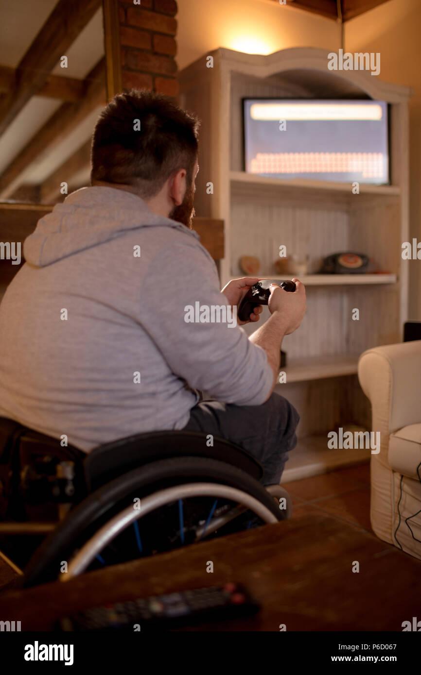 Mobilité man playing video games Banque D'Images