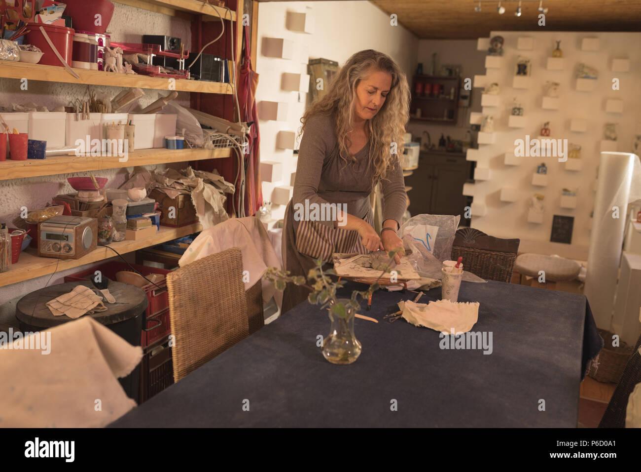 L'argile moulage d'un potter femelle Banque D'Images
