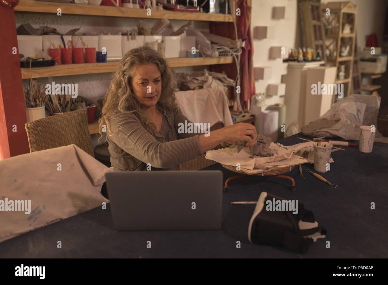 Femme de potter pendant le moulage de l'argile Banque D'Images