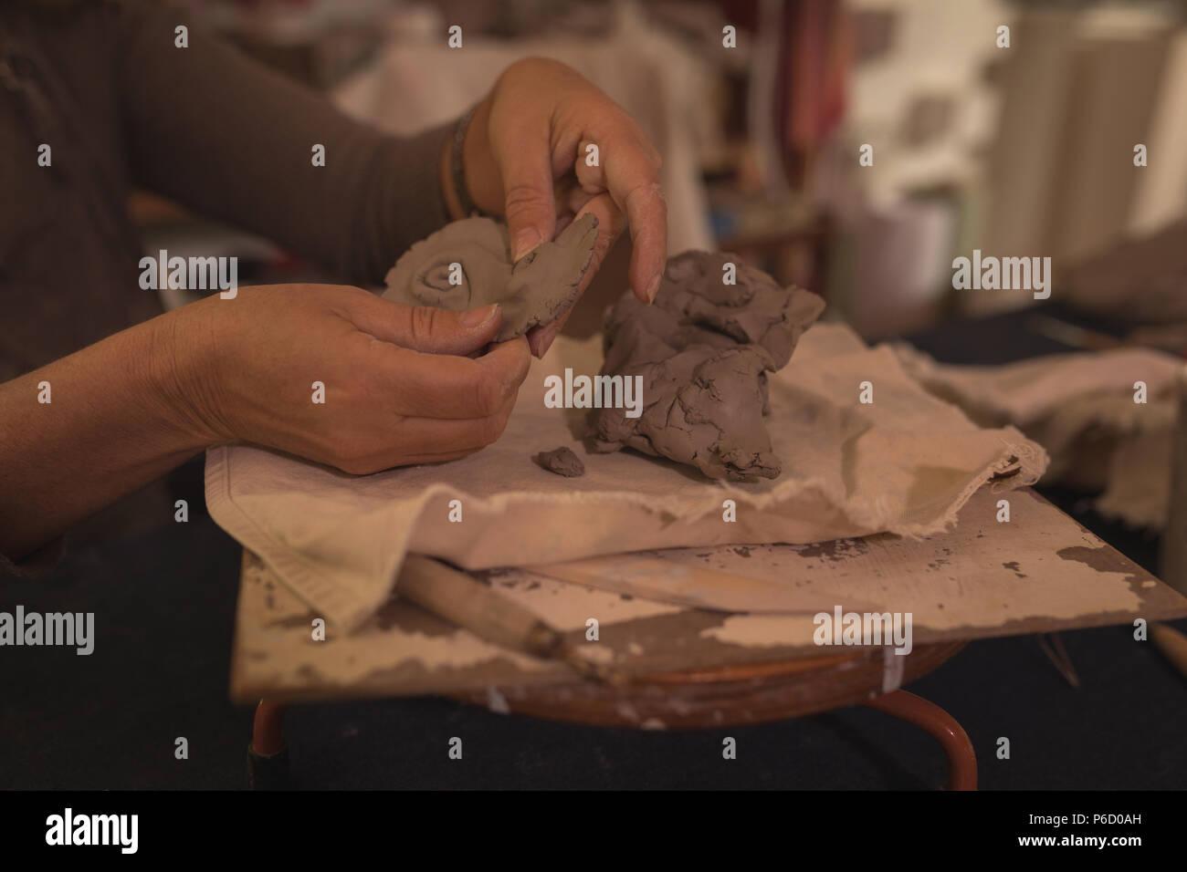 Moulage d'un potter femelle à la maison d'argile Banque D'Images