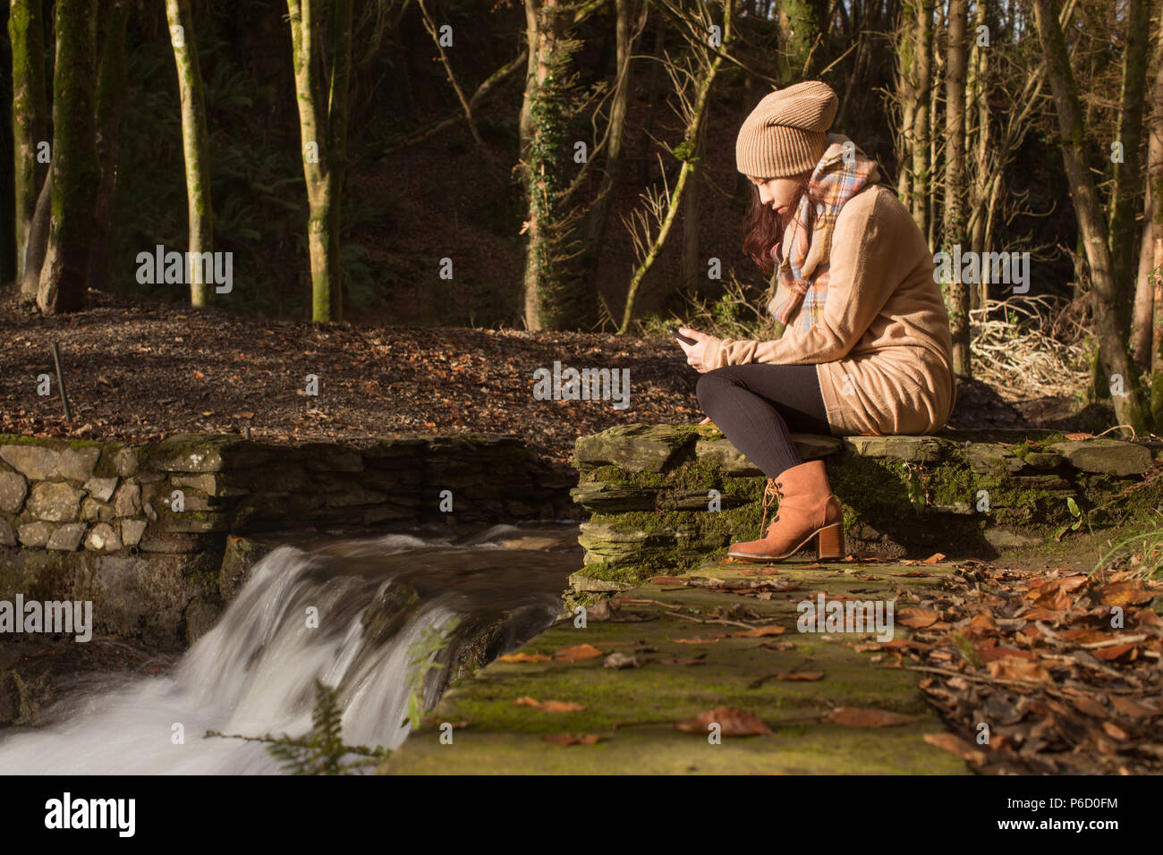Beautiful woman using mobile phone Banque D'Images