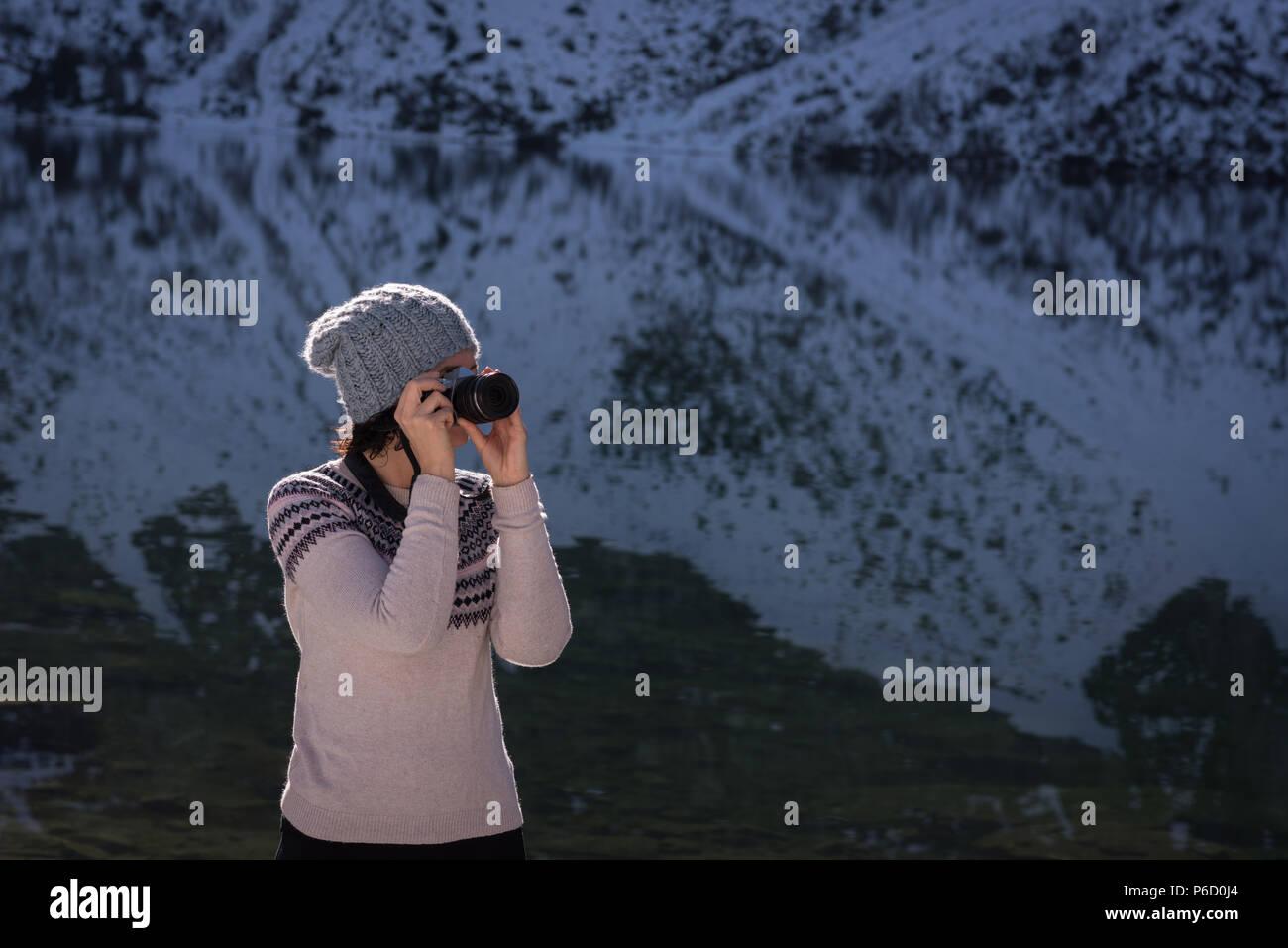 Female hiker taking photo avec appareil photo numérique Banque D'Images