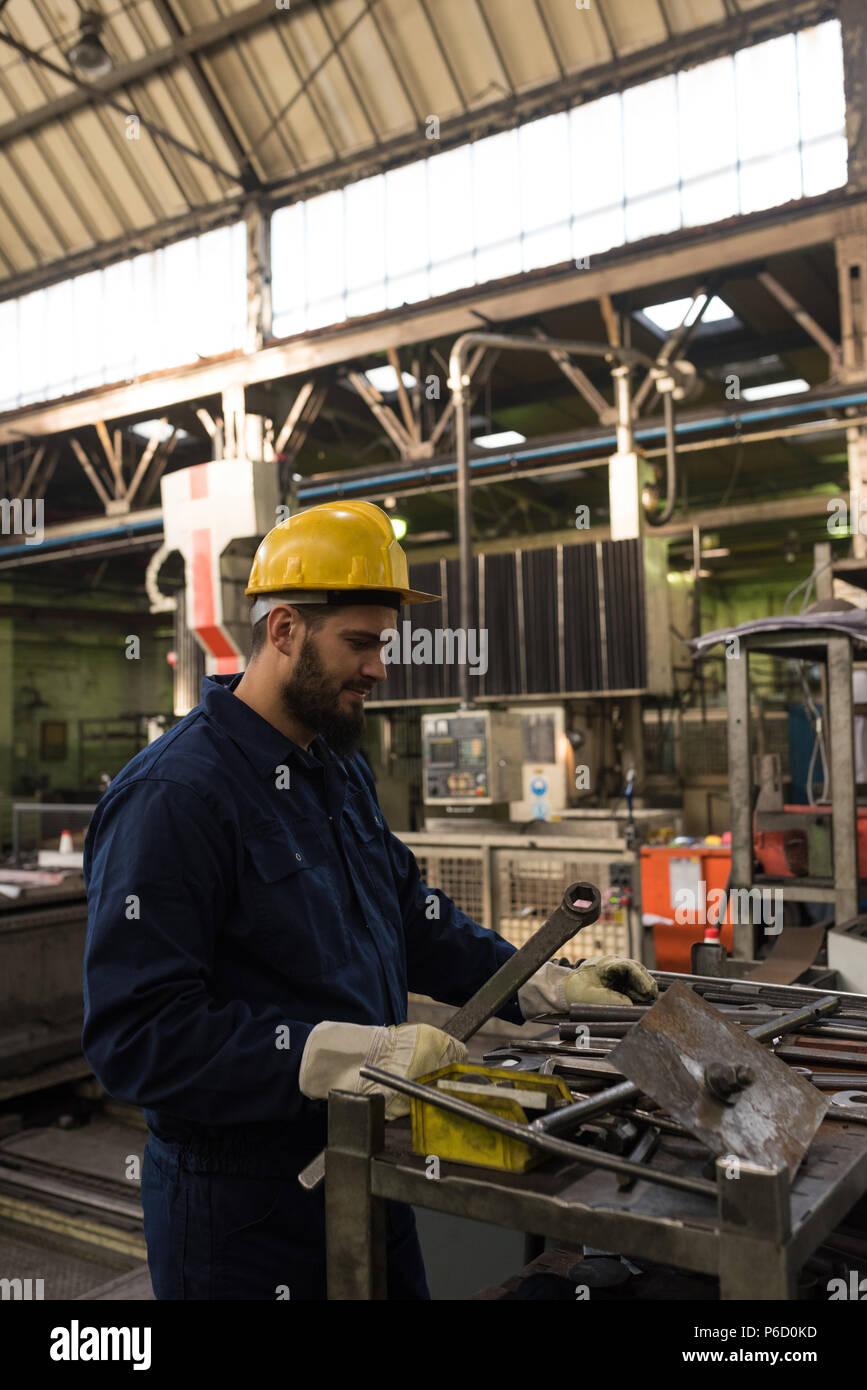 Technicien dans la coupe du métal vêtements de protection Banque D'Images