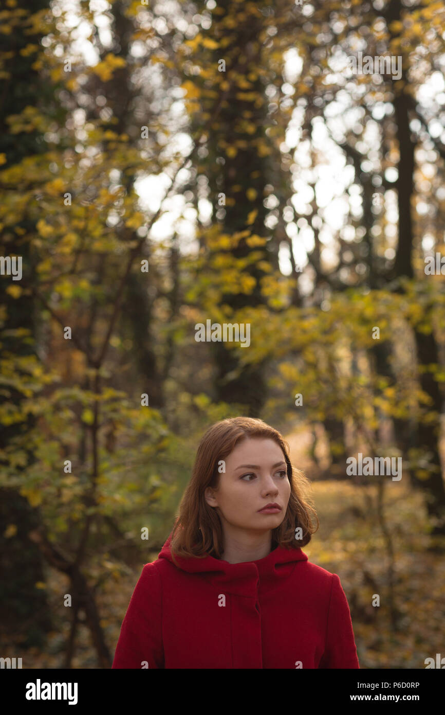 Femme debout dans le parc Banque D'Images