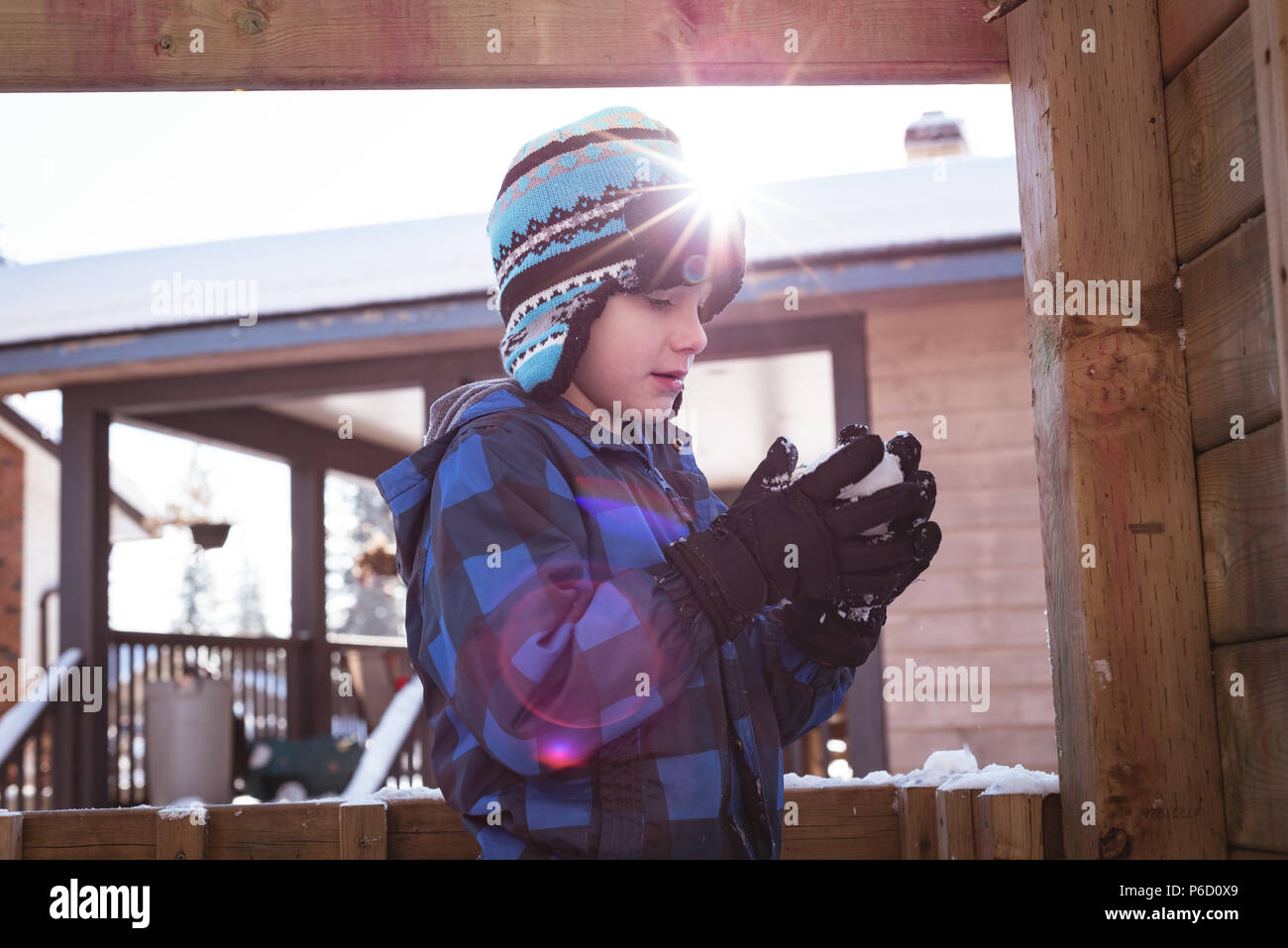 Cute boy holding snowball Banque D'Images