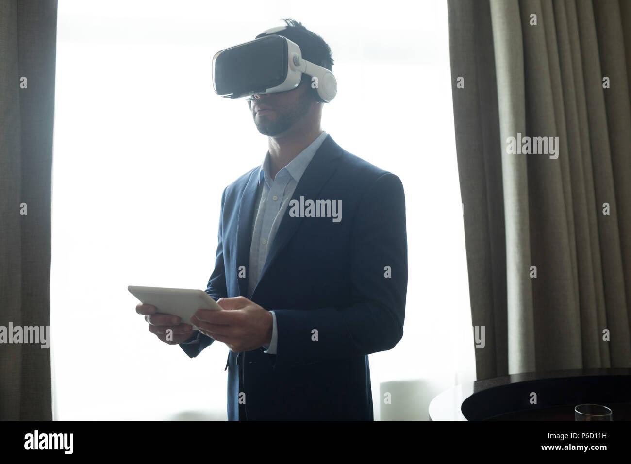 Portrait casque de réalité virtuelle with digital tablet Banque D'Images