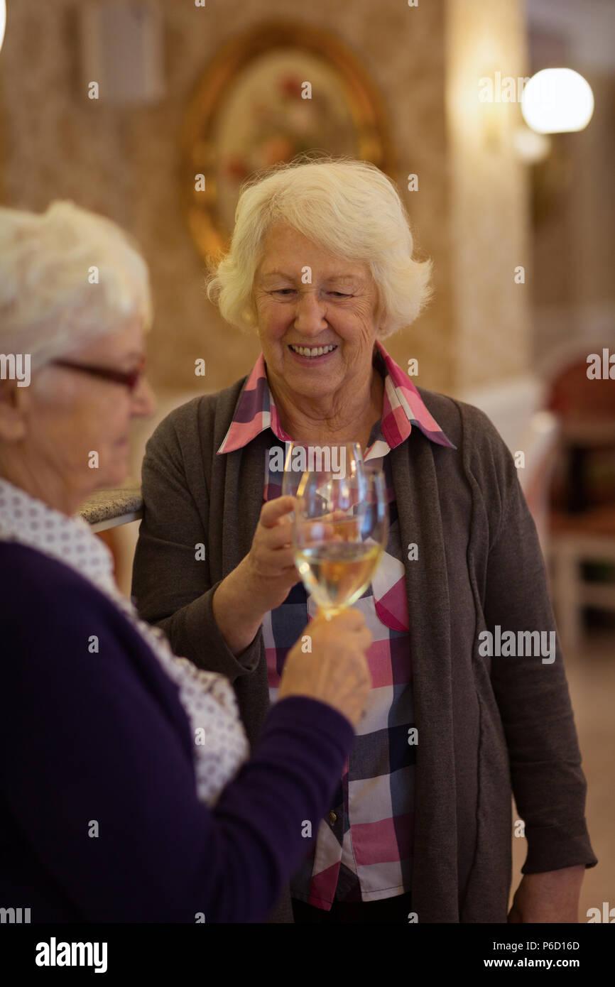 Senior friends toasting verres de vin Banque D'Images