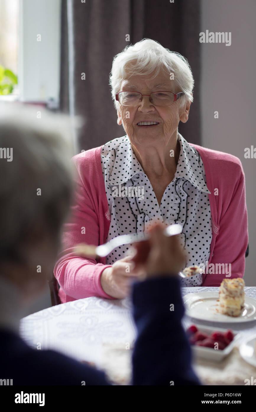 Senior friends interagissant les uns les autres sorcières pendant le petit-déjeuner Banque D'Images