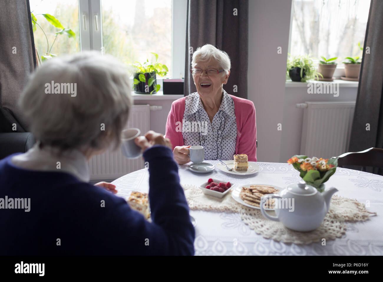 Senior friends interagissant les uns les autres sorcières tout en ayant le café Banque D'Images