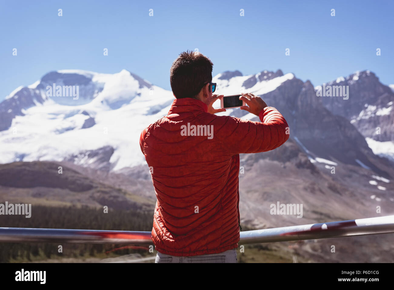 Man taking photo with mobile phone Banque D'Images