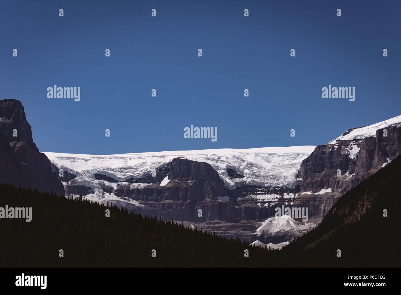 Montagnes enneigées sur une journée ensoleillée Banque D'Images