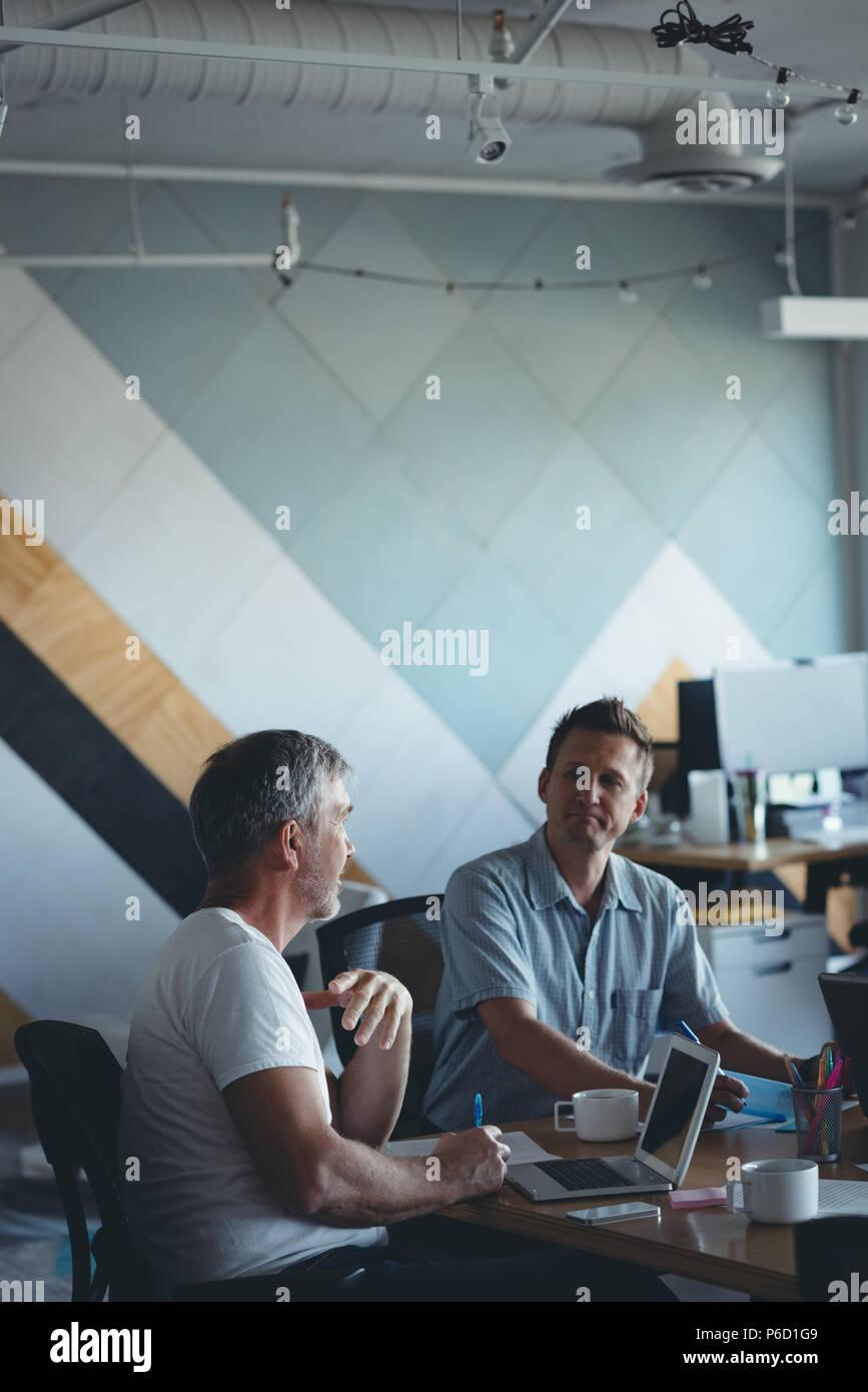 Les gens d'affaires en interaction les uns avec les autres en réunion Banque D'Images