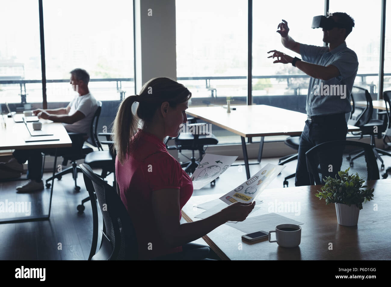 Les gens d'affaires et de travail à l'aide de casque de réalité virtuelle Banque D'Images