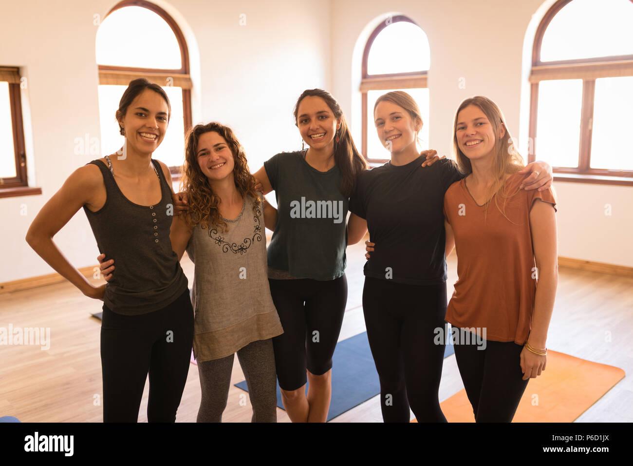 Groupe de femmes se tenant ensemble avec bras autour de Banque D'Images