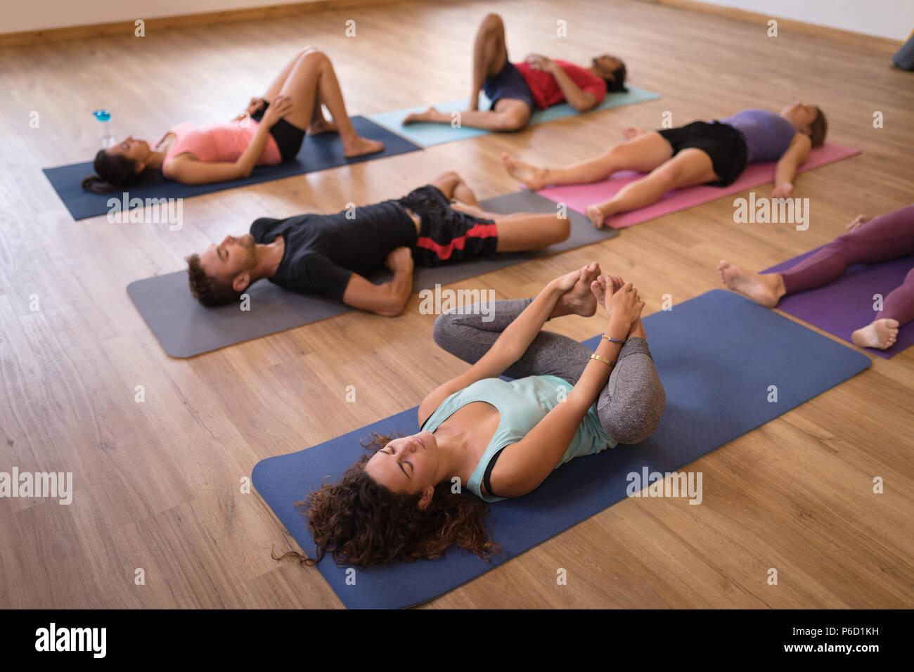 Groupe de personnes effectuant dans l'exercice de yoga fitness club Banque D'Images
