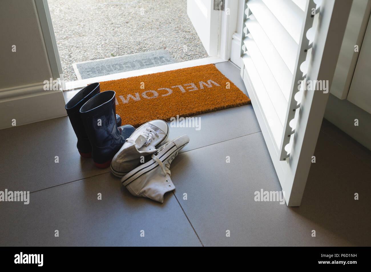 Chaussures divers conservés sur un tapis de porte Banque D'Images