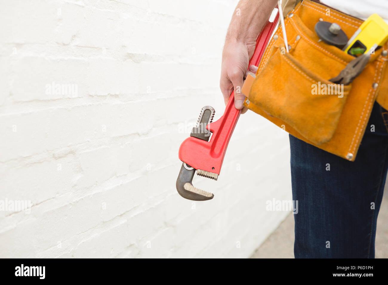 Male carpenter avec pince de ceinture à outils Banque D'Images