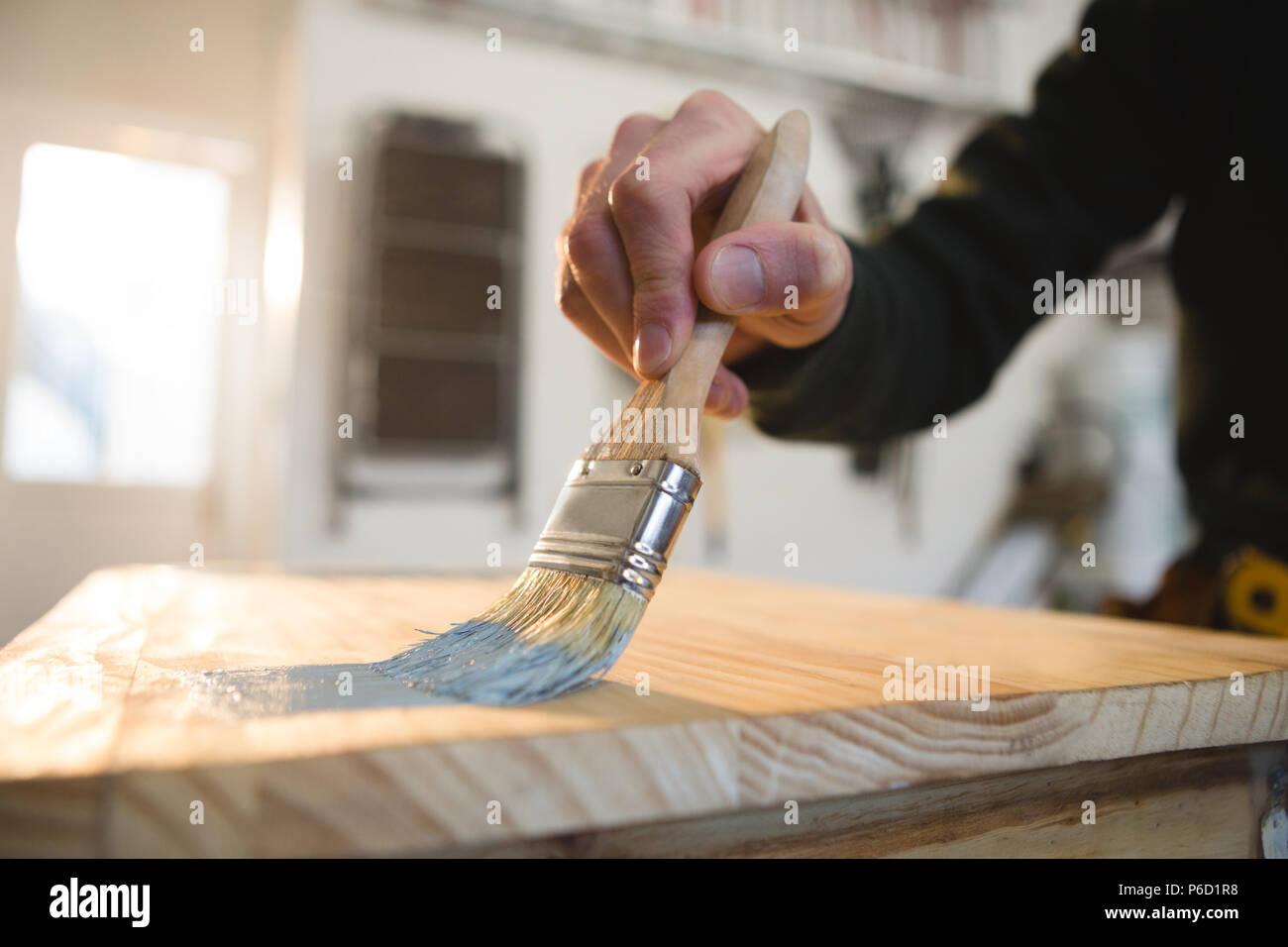 Male carpenter peinture d'un tableau Banque D'Images