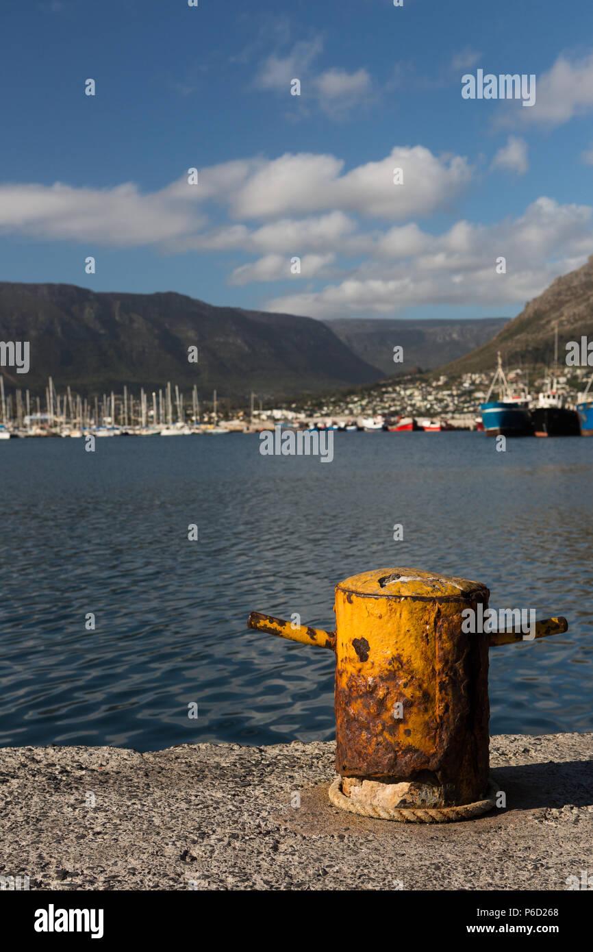 Bollard at harbor sur une journée ensoleillée Banque D'Images