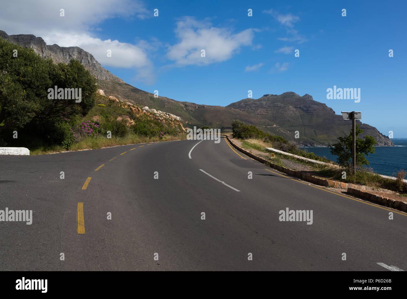 L'autoroute en pleine campagne sur une journée ensoleillée Banque D'Images